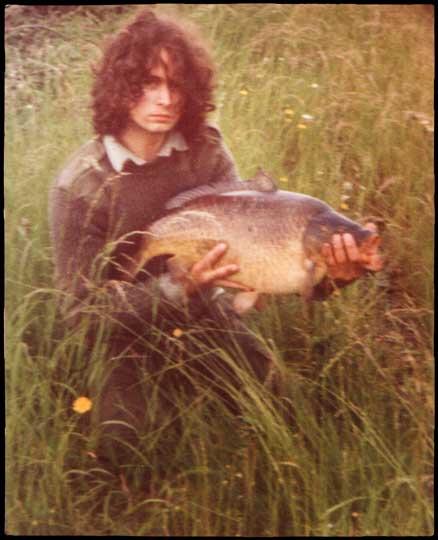 Shaun Harrison cu un crap in iarba