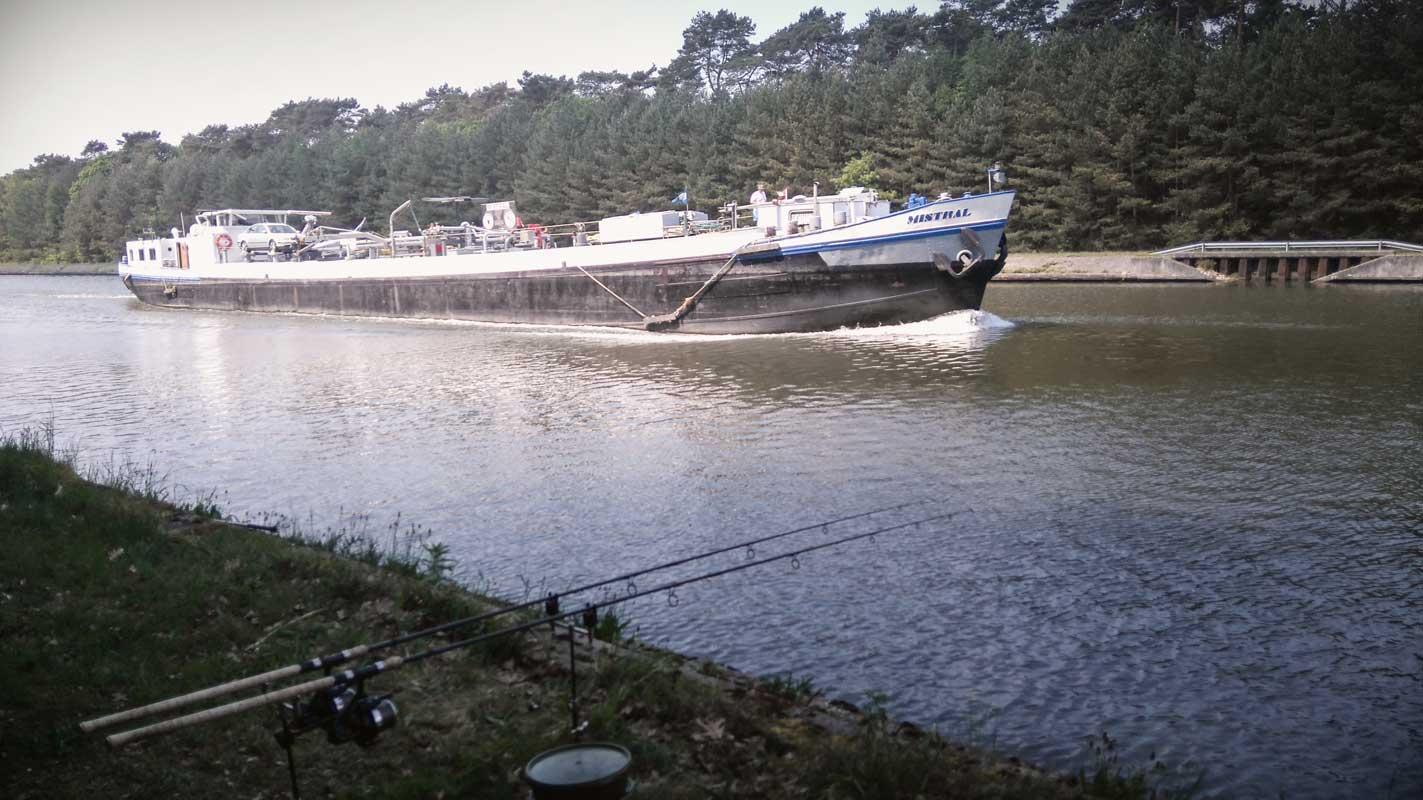 Pescuind pe rau printre vapoare